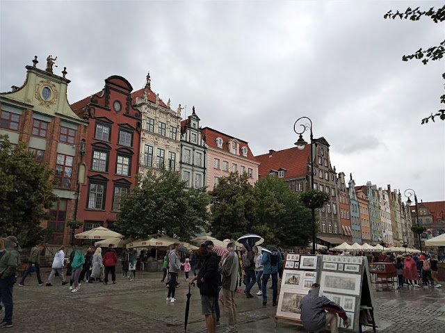 mercato lungo affollato nel pomeriggio a danzica