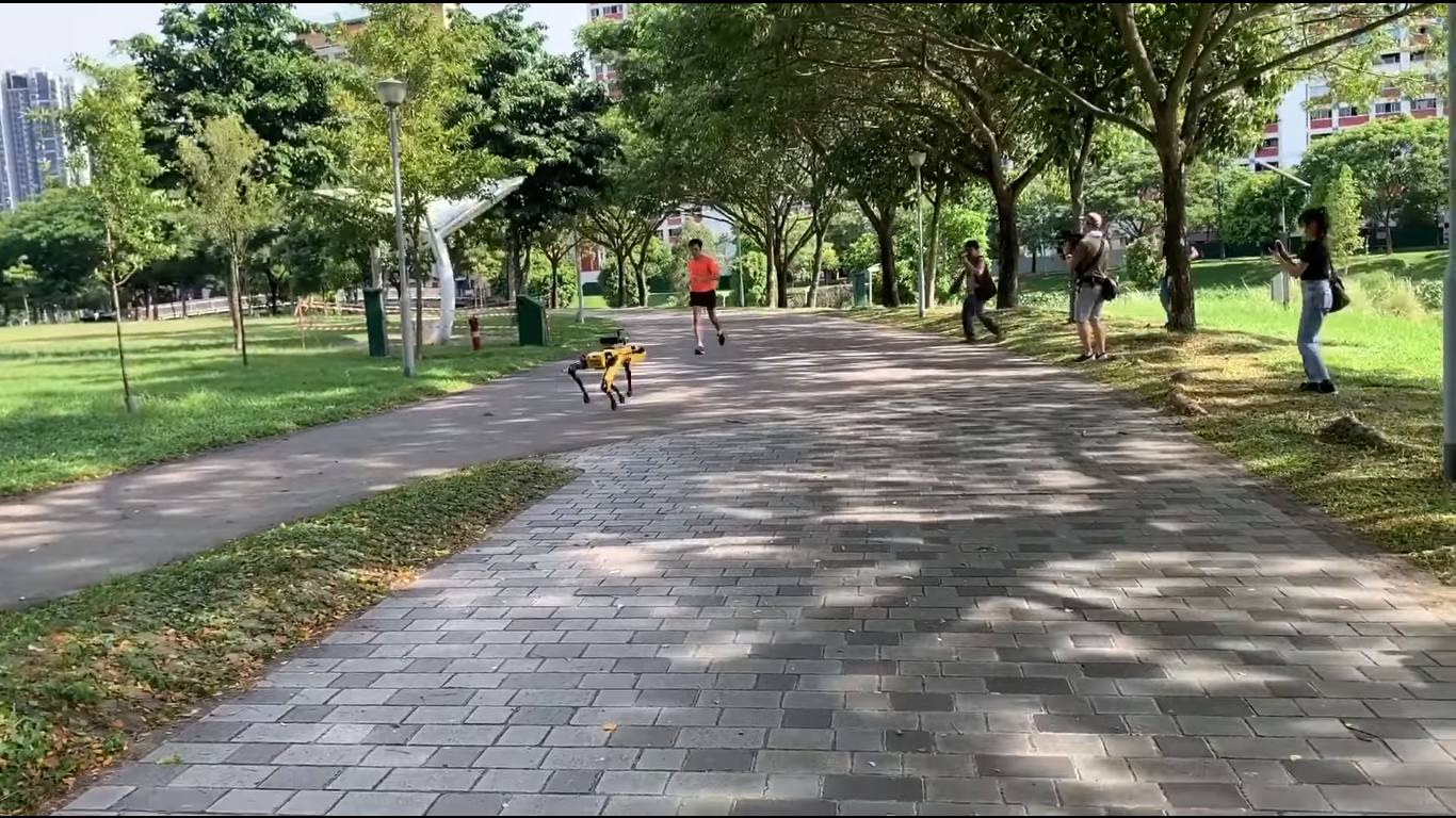 [Video] A Singapore il distanziamento sociale lo fa rispettare Spot, il cane robot