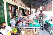 Sosialisasikan Penegakan Prokes, Babinsa Blusukan di Pasar Juwiring
