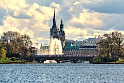 Blick vom Alsterdampfer auf das Rathaus und die Elbphilharmonie in Hamburg