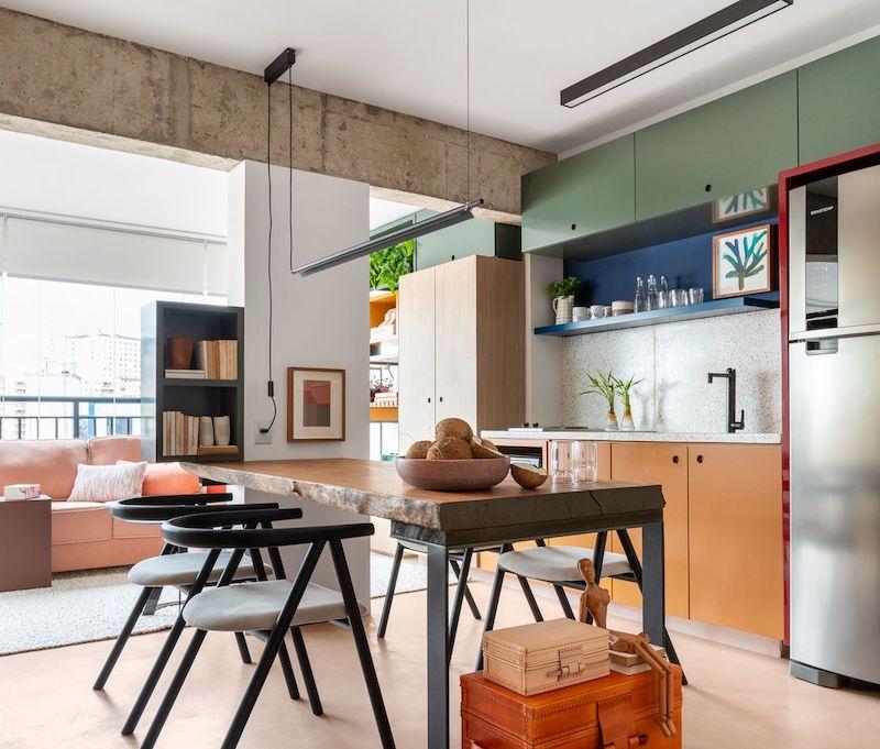 Separar habitaciones con muebles en lugar de con paredes: comedor abierto al salón y la cocina