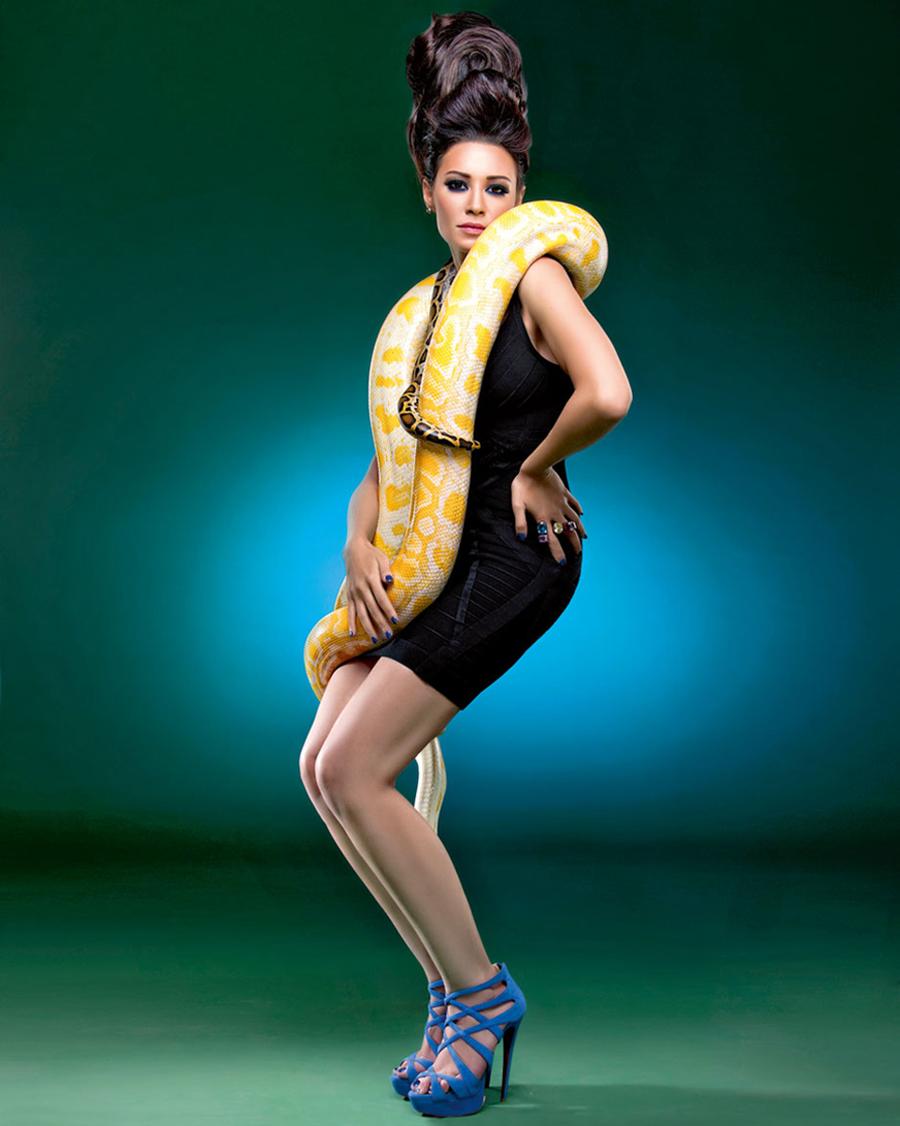 model dan pose photoshoot dengan ular piton albino indoor Arwa Gouda