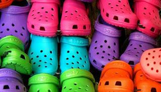 Saat cuaca panas dan lembab menerjang maka akan menciptakan kaki menjadi lebih lembab dari bi Bahaya Menggunakan Sepatu Plastik