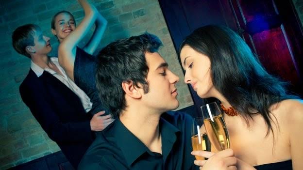 """La organización de estas reuniones ahora depende de sitios webs y apps para conocer a otras parejas En un edificio anodino en Potrero Hill, en San Francisco, un grupo diverso de empresarios, médicos, financieros y artistas se reúnen para la Bronze Party mensual, un evento donde las parejas bailan, beben y, si están dispuestas, tienen relaciones sexuales con otras parejas. La Bronze Party es llamada una """"fiesta de estilo de vida"""", un término modernizado para lo que muchos se llaman fiestas de swingers. En la planta baja en la fiesta, las mujeres usan tacones de aguja y medias de red"""