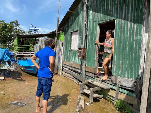 Vereadores visitam famílias afetadas pela enchente do rio amazonas no lago Pauxis em Óbidos