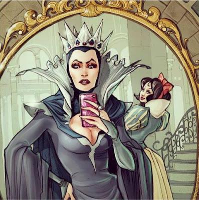No culpar: Dibujo a color de la madrastra de blancanieves tomandose una selfie en su espejo con su hijastra de fondo