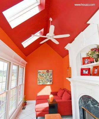 Interior decorado con color naranja