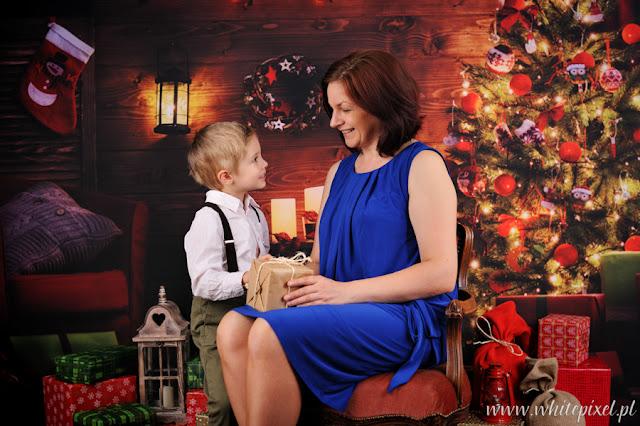 Rodzinna świąteczna fotografia, syn z mamą na zdjęciu, piękne ło stylizacji świątecznej
