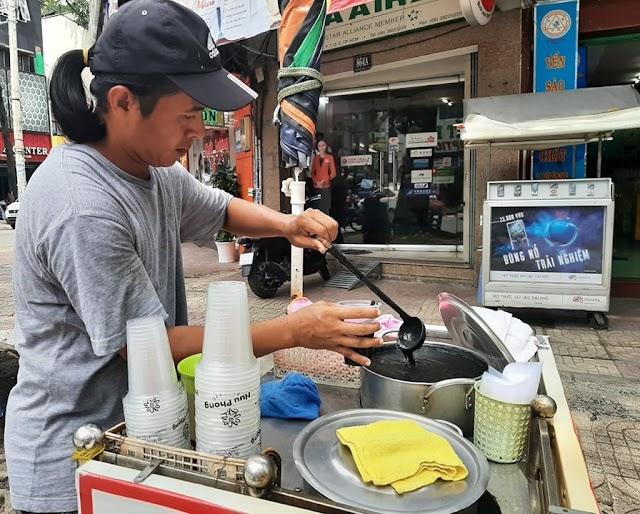 Chè mè đen - đậu phộng một ngày bán 400 ly trên đường Trần Hưng Đạo (Quận 5)