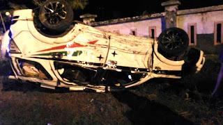 Diduga Mengantuk Mobil Pemudik Ini Terbalik Setelah Tabrak Pagar dan Tiang Listrik