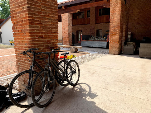 carbon road bike rental in vicenza bicycle hire shop cycling veneto northern Italy