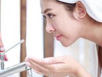 Gunakan Air Hangat untuk Mencuci Wajah