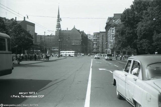 """Август 1972 года. Рига. На улице Ленина. Слева известные всем Рижанам часы, справа - кафе """"Luna"""""""