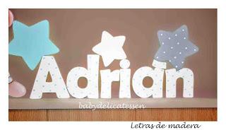 letras de madera infantiles para pared Adrián con siluetas de estrellas babydelicatessen