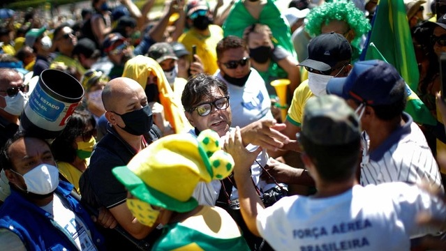 Profissionais de imprensa são agredidos durante manifestação antidemocrática com a presença de Bolsonaro