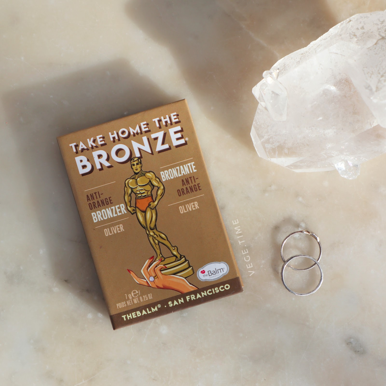 Wegański bronzer dla jasnej cery? The Balm Take Home The Bronze Oliver
