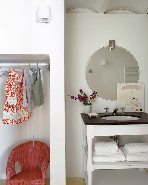 DECOR IDEAS THAT MAKE SMALL BATHROOMS FEEL BIGGER