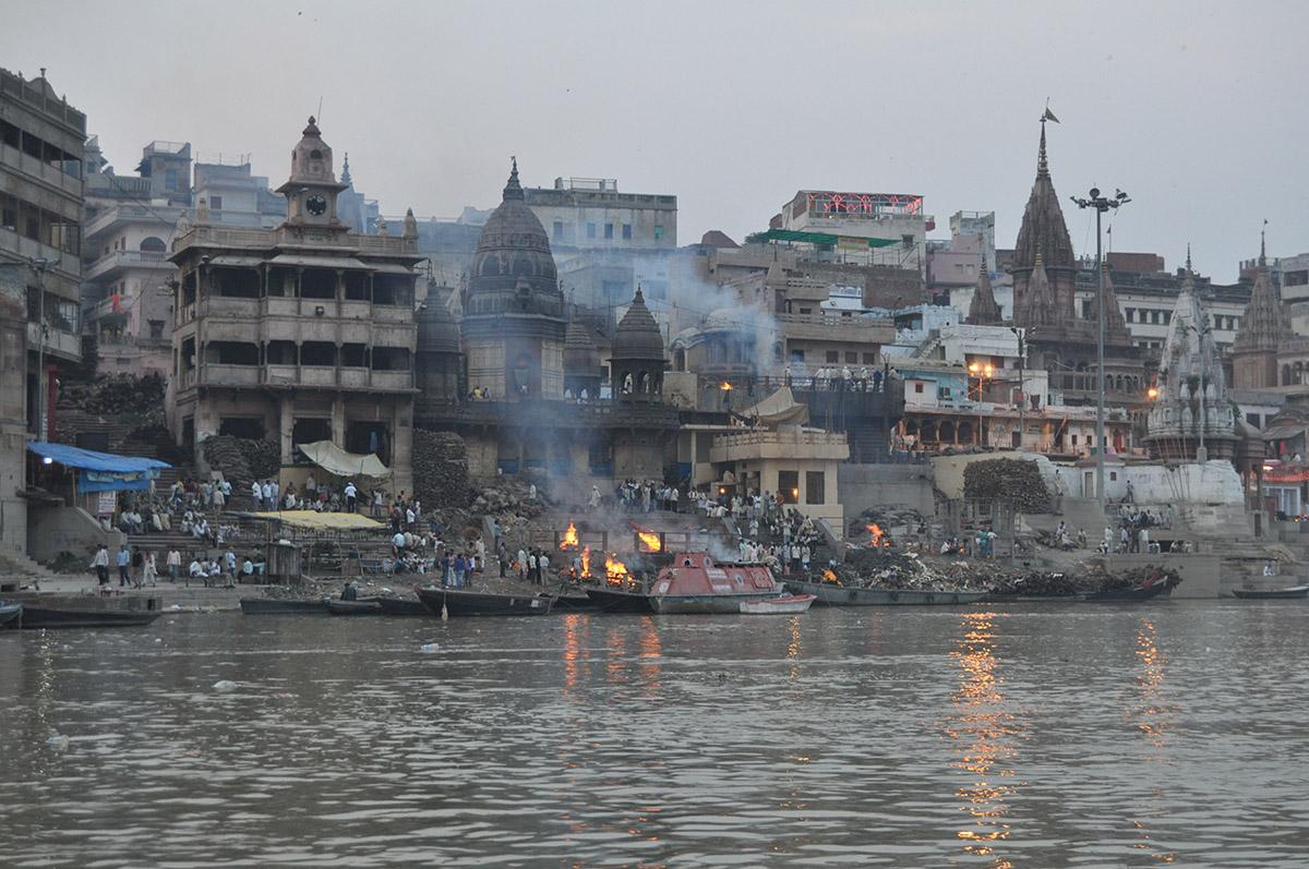 Посещение горящего гхата в городе Варанаси, Индия
