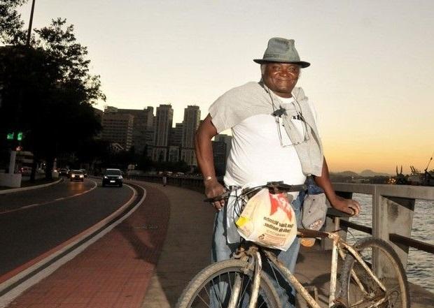 Pedreiro pedalando 42 km todos os dias consegue se formar em direito
