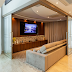 Sala de tv integrada ao living por porta de correr com espelhos bisotados!