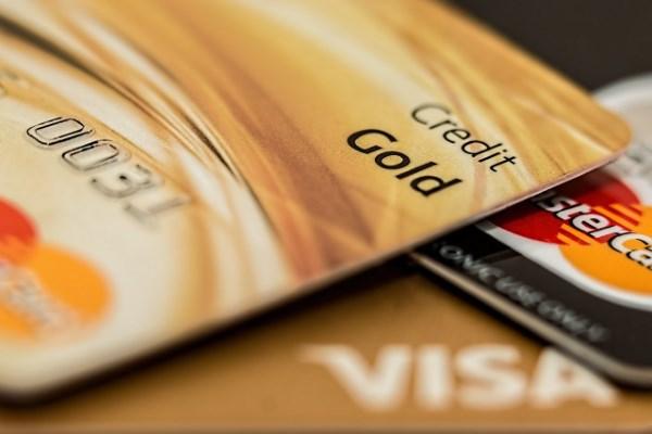Dilihat dari metode kerja dan jaringan transaksinya banyak sekali perbedaan kartu kredit v ioannablogs.com 6 Perbedaan Kartu Kredit Visa dan Mastercard yang Harus Diketahui