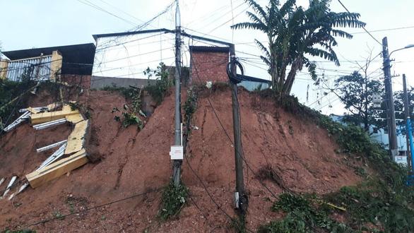 Sạt lở đất vùi lấp hơn 50 người tại Quảng Nam