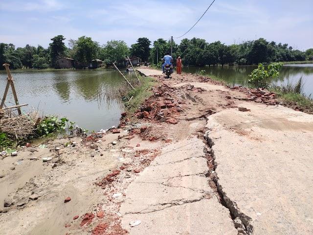 गांव में फैले पानी कम होते ही तबाही का दिखने लगा नजारा