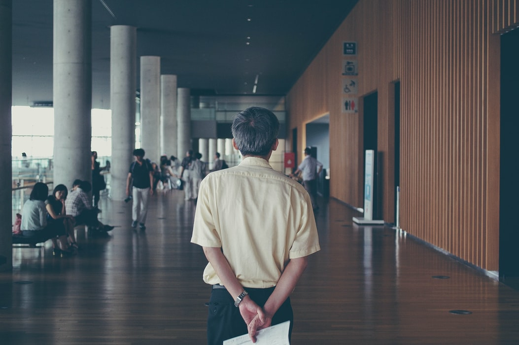 wykładowca na uczelni stojący tyłem