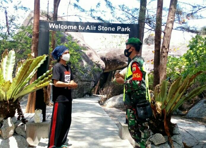 Babinsa Desa Sepempang Lakukan Komsos Dengan Penjaga Lokasi Taman Wisata Alifstone Park