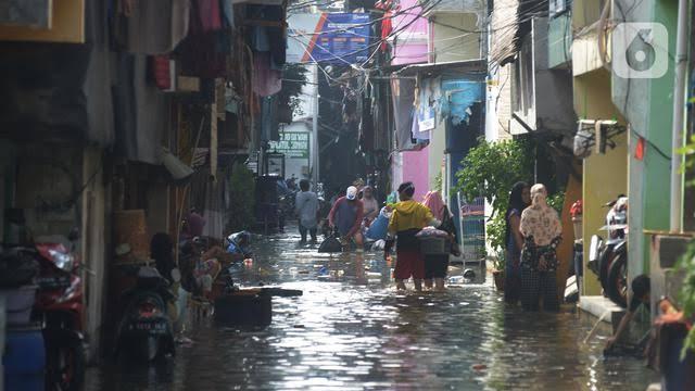 Banjir Rob, Ratusan Warga di Pluit Terpaksa Diungsikan