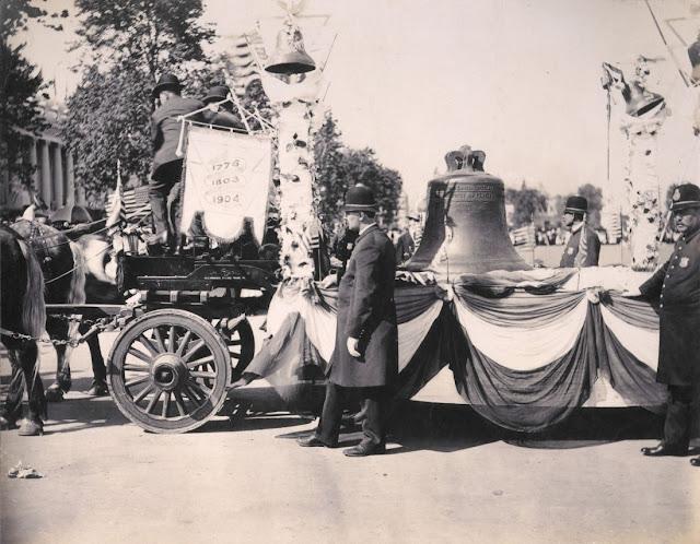 Η Καμπάνα της Ελευθερίας, φθάνει στo Σαιντ Λούις συνοδευόμενη από αστυνομικούς. - June 8, 1904 - Missouri Historical Society.