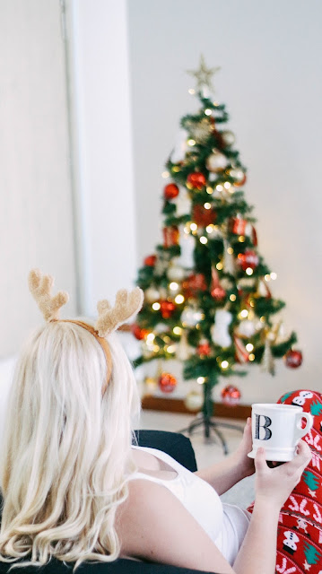 Fashion and Travel Blogger GlobalFashionGal (Brianna Degaston) decorates her Singapore apartment for Christmas with her boyfriend, James Watling.