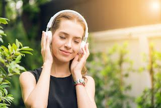 أفضل الطرق لتحسين مهارة الاستماع في اللغة الانجليزية