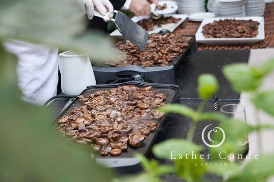 Buffet de rovellons salteados para una boda tipo coctel - Foto: Esther Conde
