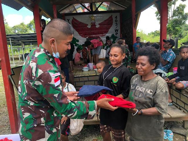 Jelang Ramadhan, Satgas TNI Yonif 403/WP Bagikan Pakaian Layak Pakai ke Warga di Perbatasan