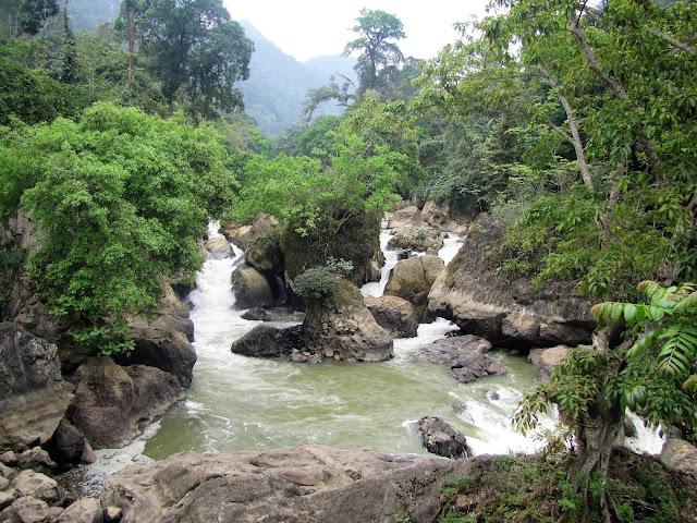 dau dang waterfall ba be national park vietnam