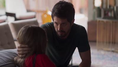 Marcos (Romulo Estrela) consola a sobrinha — Foto: Globo