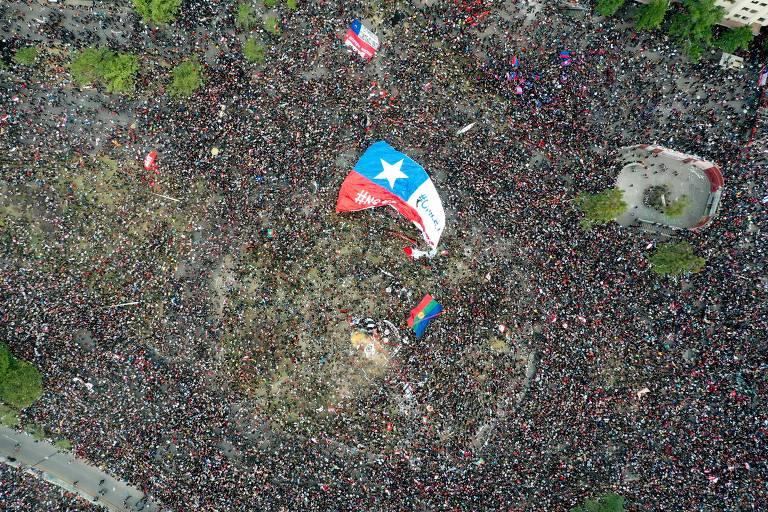 Grande marcha toma Santiago em oitavo dia de protestos no Chile
