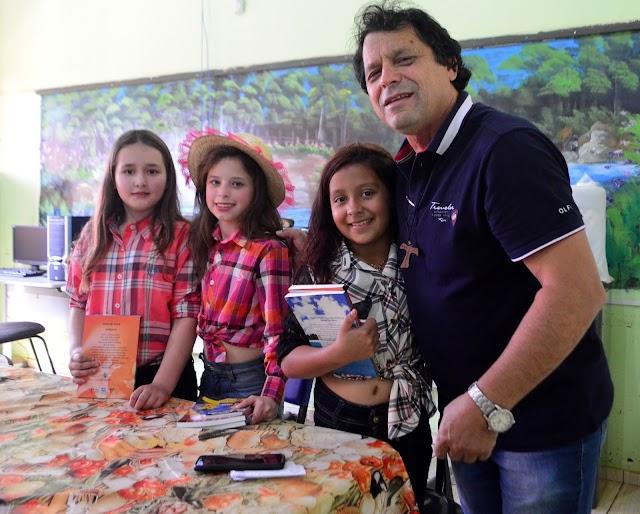 Jorge Tolim presenteia alunas da Escola Monteiro Lobato