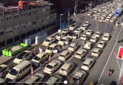 Taxi in Kolonne in der Ludwigstrasse vom Baugerüst aus aufgenommen