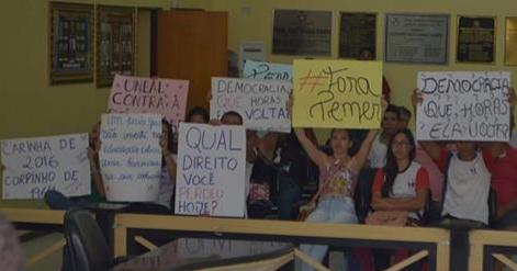 Alunos vão à câmara de vereadores de Santana do Ipanema  protestar contra a PEC 241