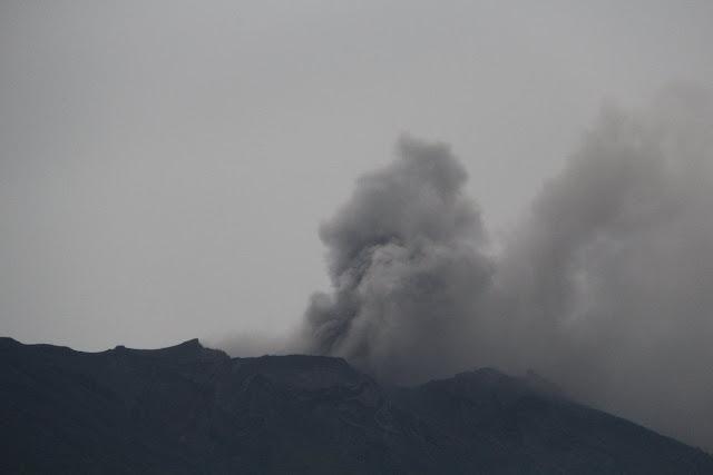 Gunung Agung meletus tipe freatik. Foto : @Sutopo_BNPB.