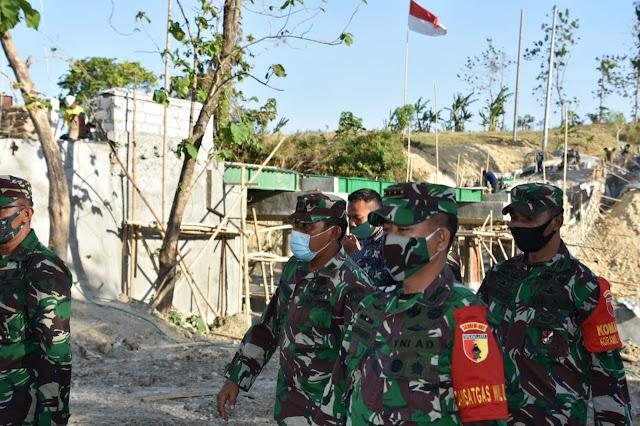 "Bojonegoro - Komandan Korem 082/CPYJ Kolonel Inf M. Dariyanto meninjau langsung kemajuan pembangunan jembatan di Desa Celebung Kec. Bubulan Kab. Bojonegoro saat melaksanakan kunjungan kerja ke wilayah Kodim 0813/Bojonegoro, Jumat (18/09/2020)   Jembatan yang menghubungkan antara Desa Celebung dengan Dusun Maor dibangun atas bantuan CSR dari pihak SKK Migas serta kerjasama antara Pemkab. Bojonegoro dan TNI AD. Jembatan tersebut memiliki Panjang 27 M dan Lebar 6 M dengan anggaran pembangunan Rp 2,6 Milyar.   Dalam peninjauannya Danrem menyampaikan, "" Dengan dibangunnya jembatan yang menghubungkan kedua desa yaitu Desa Celebung dan Dusun Maor diharapkan dapat membantu masyarakat kedua desa tersebut dalam bidang kemudahan akses dan transportasi. Selain itu, dengan adanya jembatan penghubung akan memudahkan distribusi hasil pertanian dan diharapkan akan meningkatkan perekonomian masyarakat di kedua desa tersebut, ""ungkap Danrem.   Pada kesempatan yang sama, Danrem memerintahkan kepada Dandim 0813/ Bojonegoro, agar pembangunan jembatan ini selalu diawasi dan dilaporkan perkembangannya serta diusahakan sebelum musim penghujan tiba jembatan ini sudah terselesaikan dan dapat segera dinikmati oleh masyarakat. (Jayak)"
