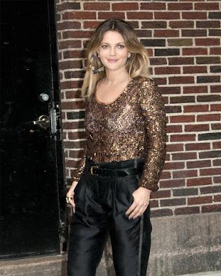 outfit de noche con blusa de lentejuelas casual de moda