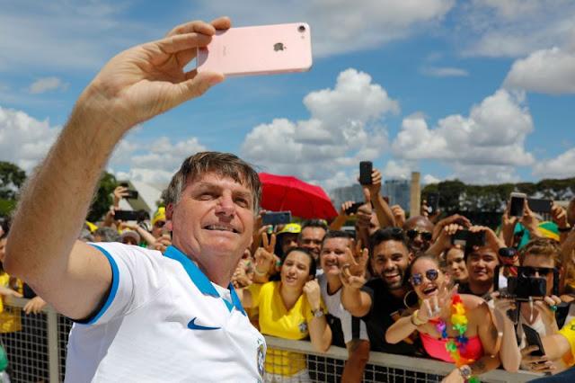 Homem decide colocar Bolsonaro em testamento de R$ 100 de reais e pede uma selfie
