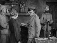 """Кадр из к/ф Чарли Чаплина """"На плечо"""" / Shoulder Arms (1918) - 19"""