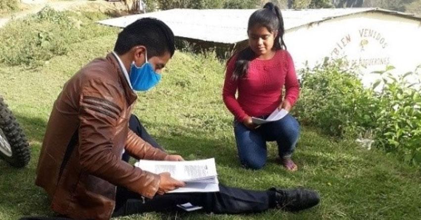 ROGERY ZURITA GIL: Maestro ejemplar enseña casa por casa a los escolares de la sierra de Piura