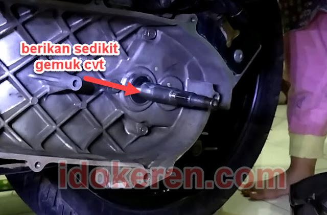 berikan gemuk di kruks as roda belakang
