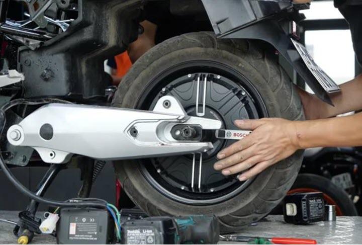 'Mổ xẻ' VinFast KlaraS: Vì sao giá ngang xe máy xăng?