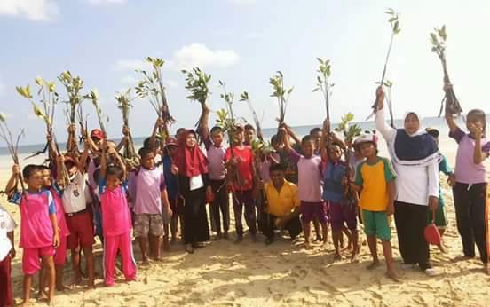 Guru dan Murid SD 91 Pasimasunggu, Tanam Mangrove, Di Pantai Kayuanging